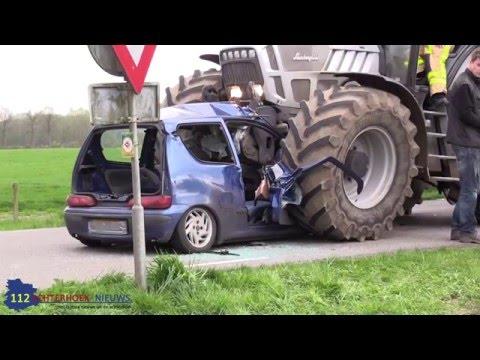 Auto schiet onder tractor na aanrijding in Winterswijk